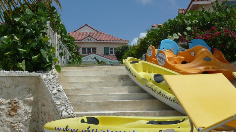 Canoé Kayak devant les villas au bord du lagon de Guadeloupe