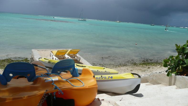 Canoé et pédal'eau prêt à partir sur le lagon de Saint François
