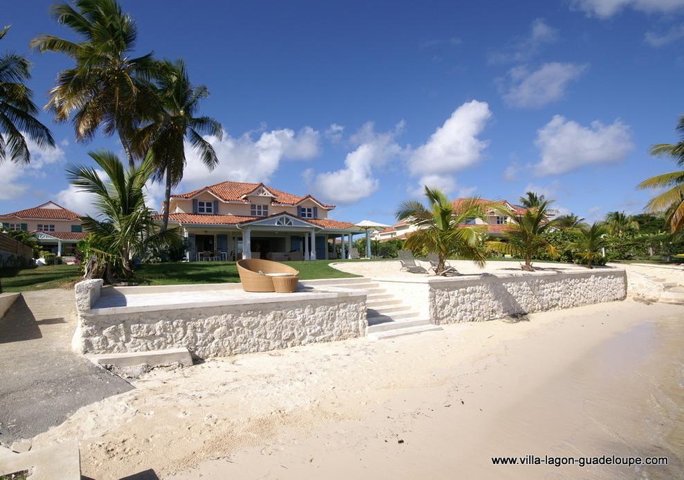 La villa en Guadeloupe en front de mer devant le Lagon de St François