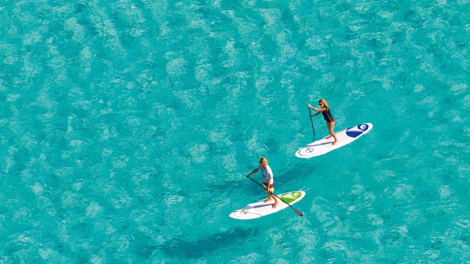 Naviguer debout dans les eaux translucides du lagon de Saint François