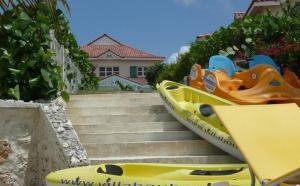 Canoé Kayak de mer Guadeloupe devant les villas de luxe de Saint François