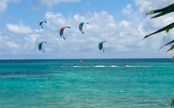 Kitesurf sur le lagon devant les villas luxe au bord du lagon en Guadeloupe